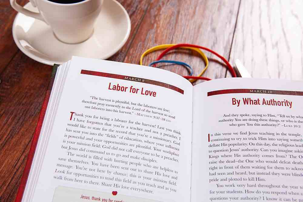 An Apple a Day: 365 Devotions For the Heart of a Teacher Imitation Leather